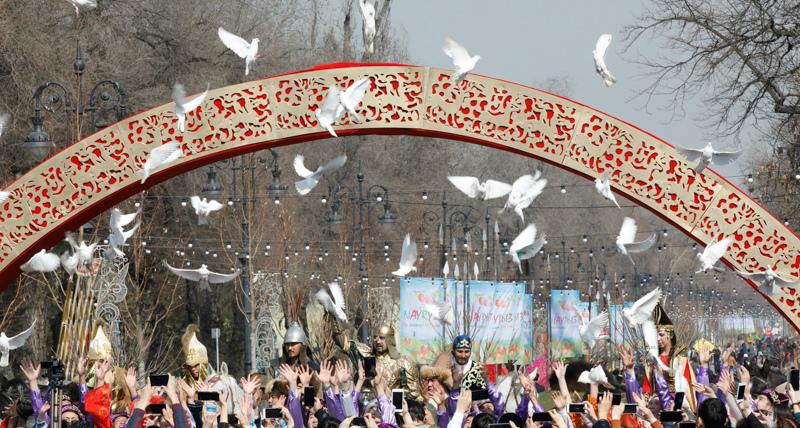 Улицы Алматы заполнили батыры Золотой орды