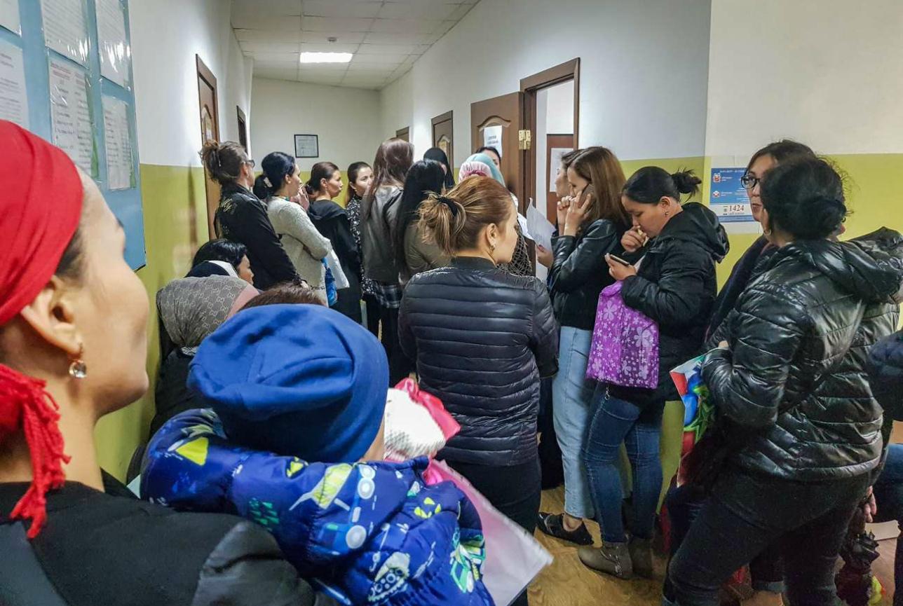 Очереди в 500 человек: Центр занятости в Алматы не справляется с наплывом многодетных семей, желающих получить АСП