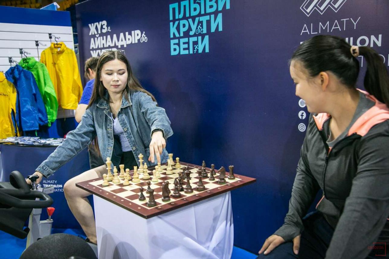 Крути педали: В Казахстане объединили шахматы с велоспортом