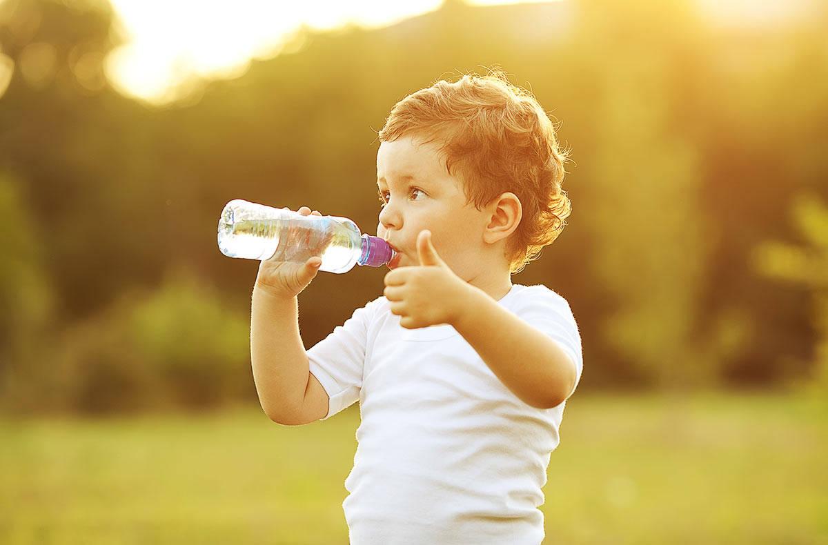 Ученые из Великобритании советуют детям пить только воду