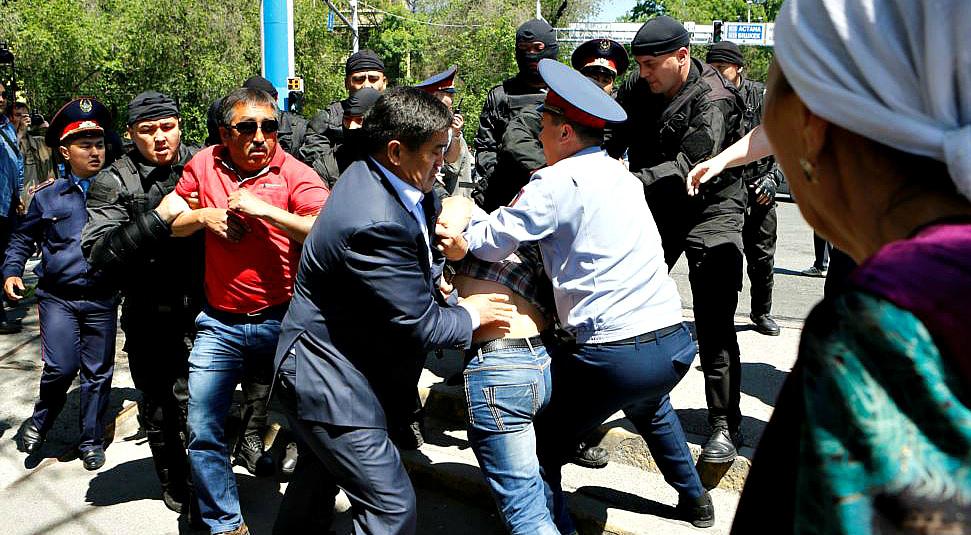 В Казахстане задерживают активистов и блокируют интернет. Что происходит?