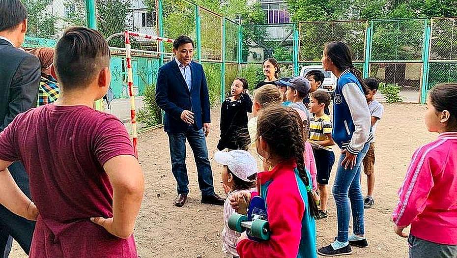 Кульгинов встретился с детьми во дворах столицы и пообещал новые площадки