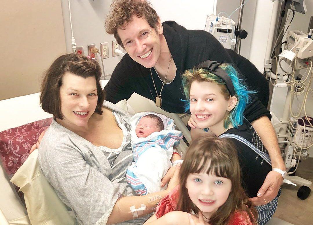 Звезды шоу-бизнеса, ставшие многодетными родителями в 2020 году